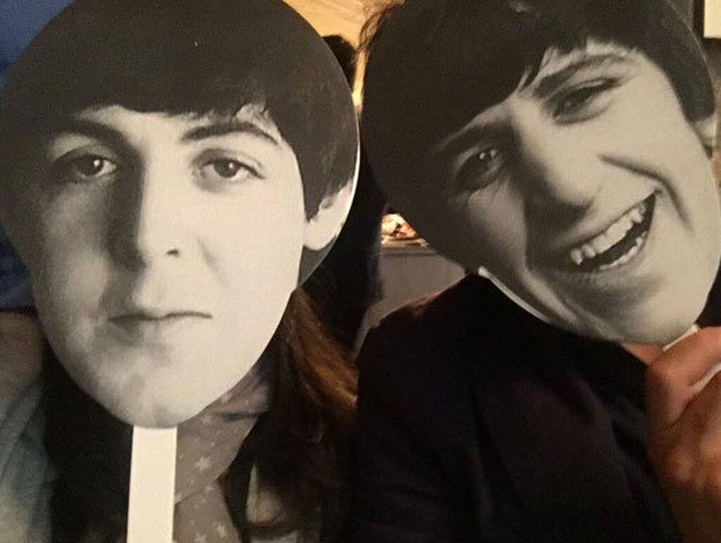 Carlos Azofra, editor de Infocap/InfotallerTV, y Mar Calderón durante el concierto tributo a The Beatles.