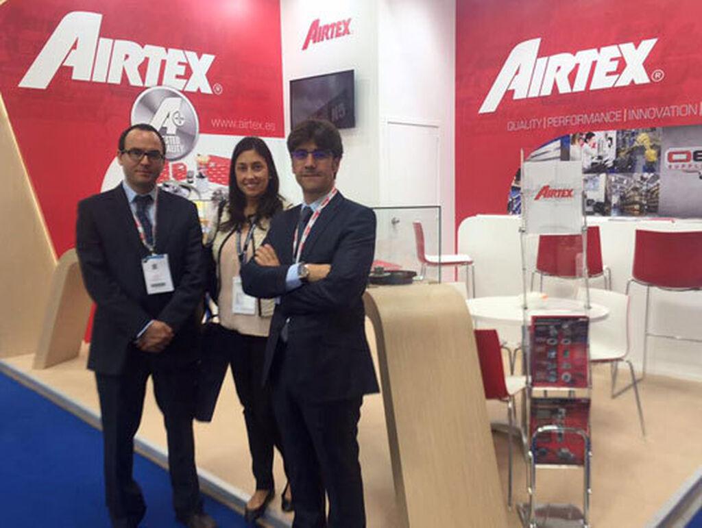 Mar Calderón, directora de Infocap/InfotallerTV, con el equipo de Airtex en Bolonia.