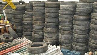 Más de 2.000 neumáticos fuera de uso localizados en un almacén