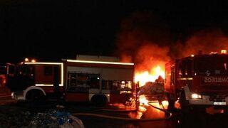 Dos vehículos afectados en el incendio de un concesionario en Almendralejo (Badajoz)