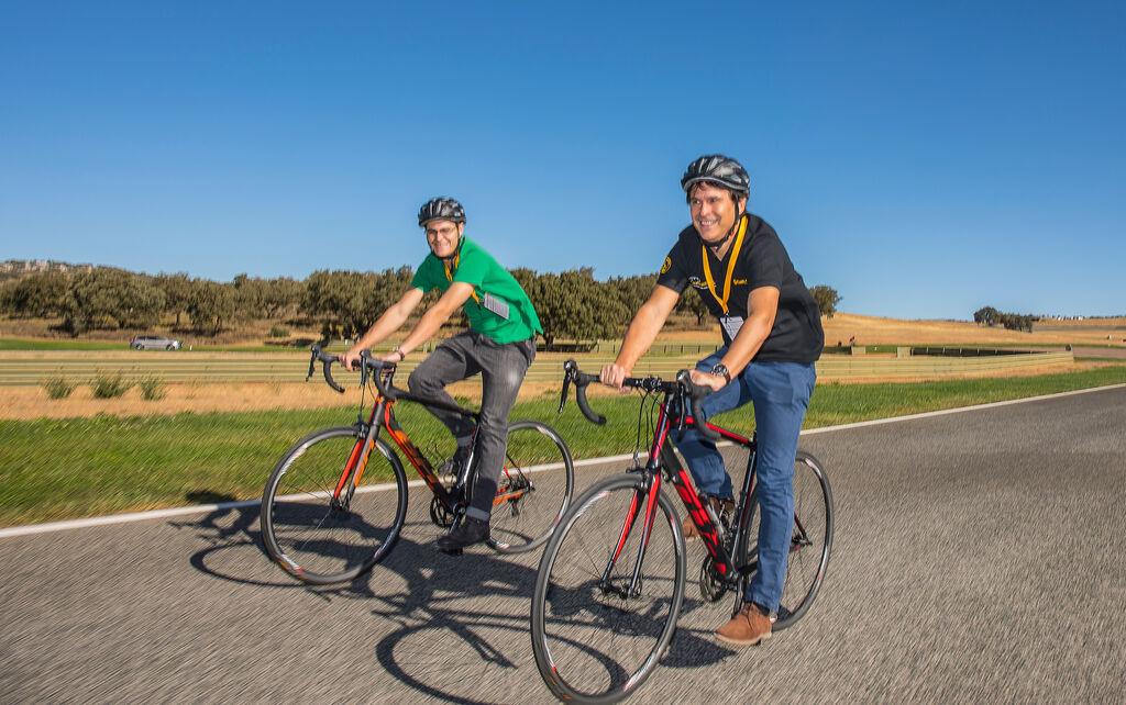 Carlos Azofra, editor de Infotaller, probando los neumáticos para bicicletas de Continental