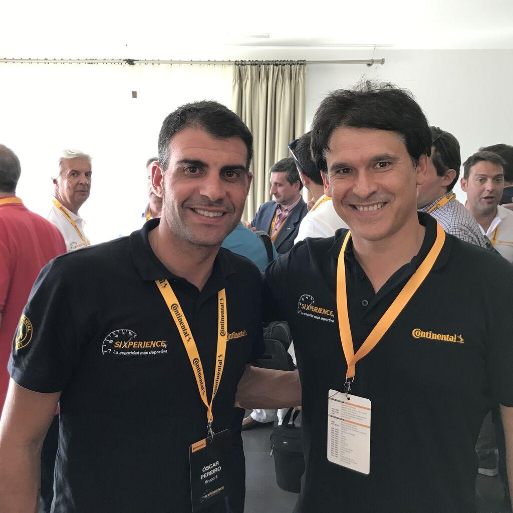 Óscar Pereiro, ex ciclista ganador de un Tour de Francia y embajador de Continental, con Carlos Azofra, editor de Infotaller