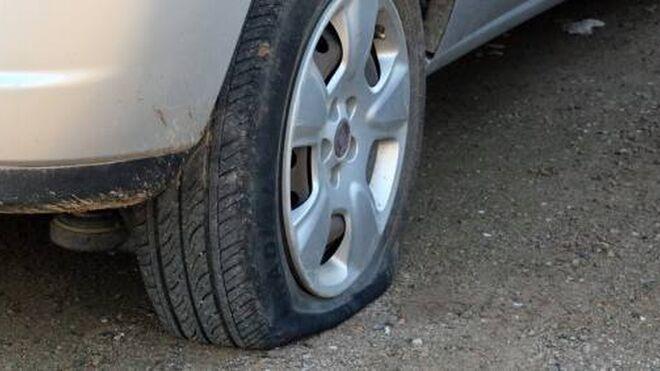 Aparecen pinchadas las ruedas de más de 140 coches en Girona