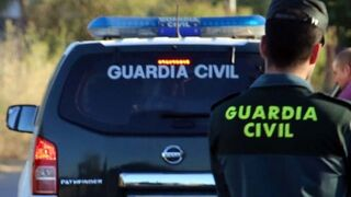 Intenta robar un coche en un taller y amenaza a la Guardia Civil con una pistola