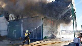 Un taller de chapa y pintura queda arrasado por las llamas