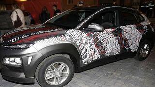 Los grafitis también decoran la carrocería de los coches