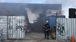 El incendio de un taller mecánico provoca dos intoxicados en Parla