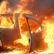 Un coche sale ardiendo tras pasar por el taller en Mondariz Balneario (Pontevedra)