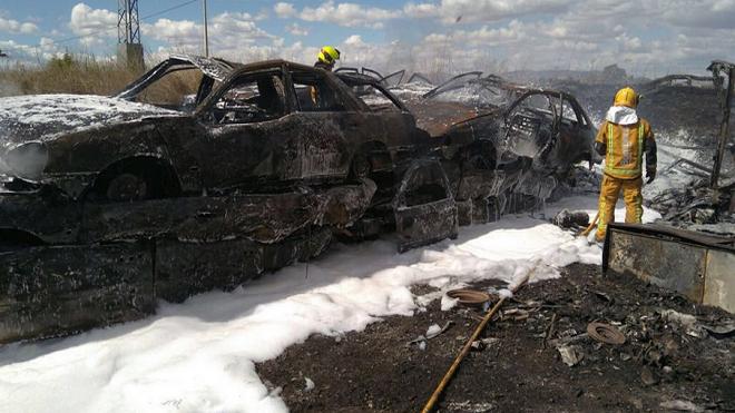 Un incendio calcina neumáticos y 80 coches de un desguace de Alicante