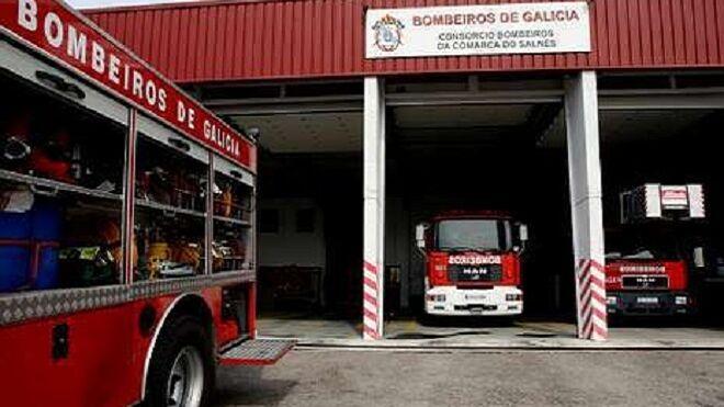 Dos coches quedan calcinados en el incendio de un taller en Cotobade (Pontevedra)