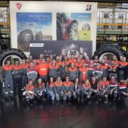 La medallista olímpica Lydia Valentín visita la fábrica de Bridgestone en Cantabria