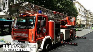 Dos heridos en el incendio de un taller de carrocería en San Sebastián