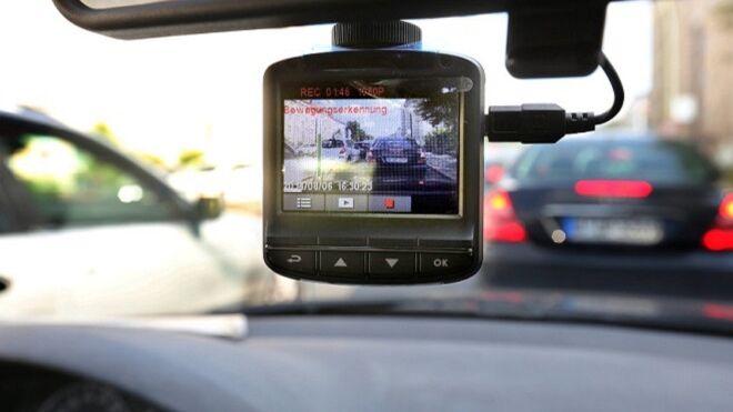 ¿Es legal montar una 'dashcam' en el salpicadero del coche?