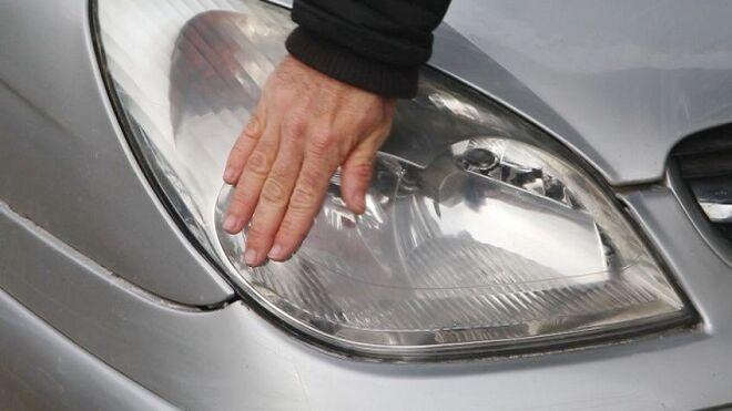 Cómo reparar una patilla del faro delantero con adhesivo bicomponente