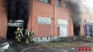 Dos heridos leves por el incendio de un concesionario en Blanes (Girona)