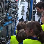 Letamendi explica a los niños cómo funciona un taller