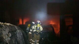 Más de 40 vehículos quedan calcinados en el incendio de un taller en Maó (Menorca)