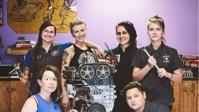 Un taller de Texas ofrece clases de mecánica para mujeres