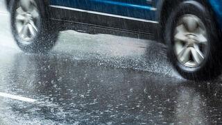Cómo frenar el vehículo correctamente cuando llueve