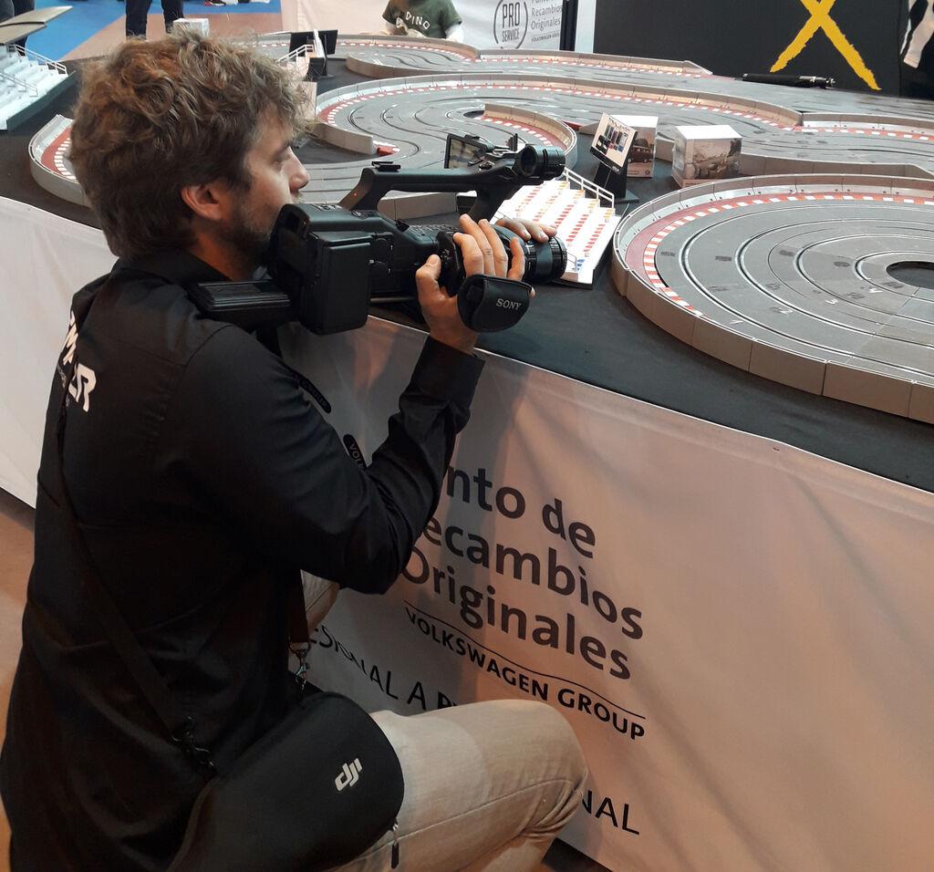 Nuestro compañero Alex Rivas grabando el campeonato de Scalextric PRO Service
