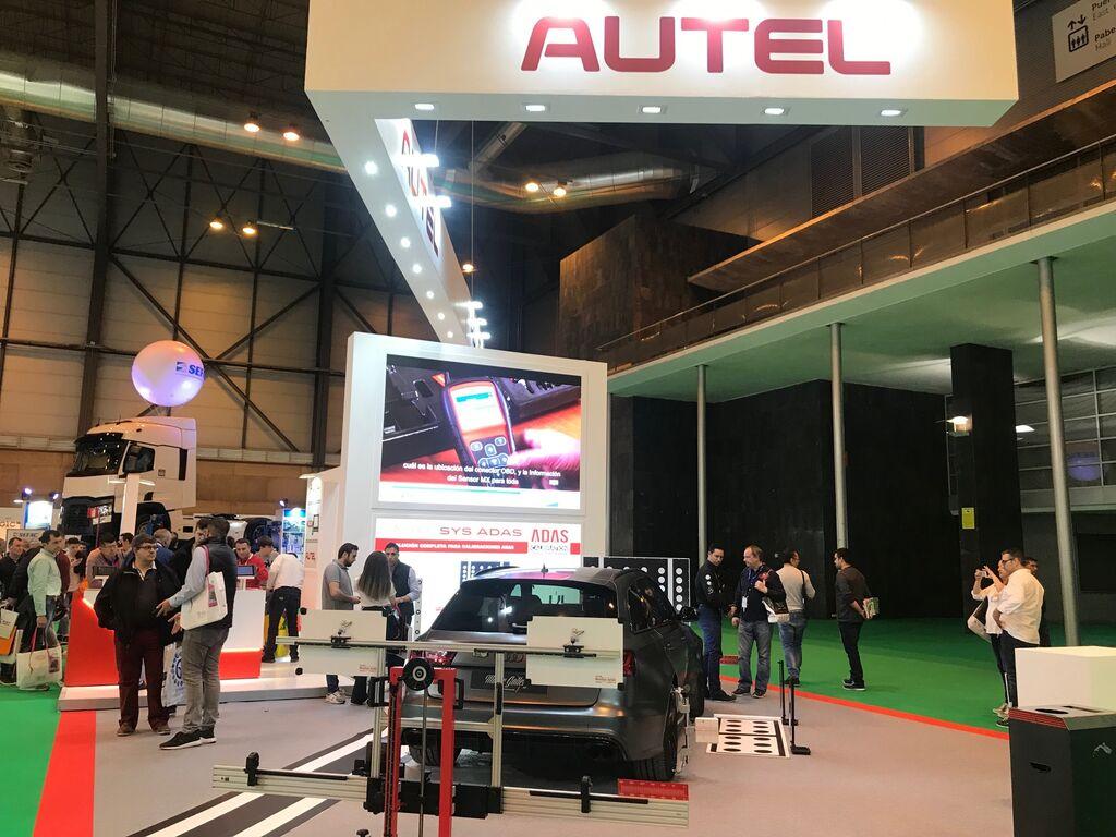 Equipo de calibración de sistemas ADAS en el stand de Autel