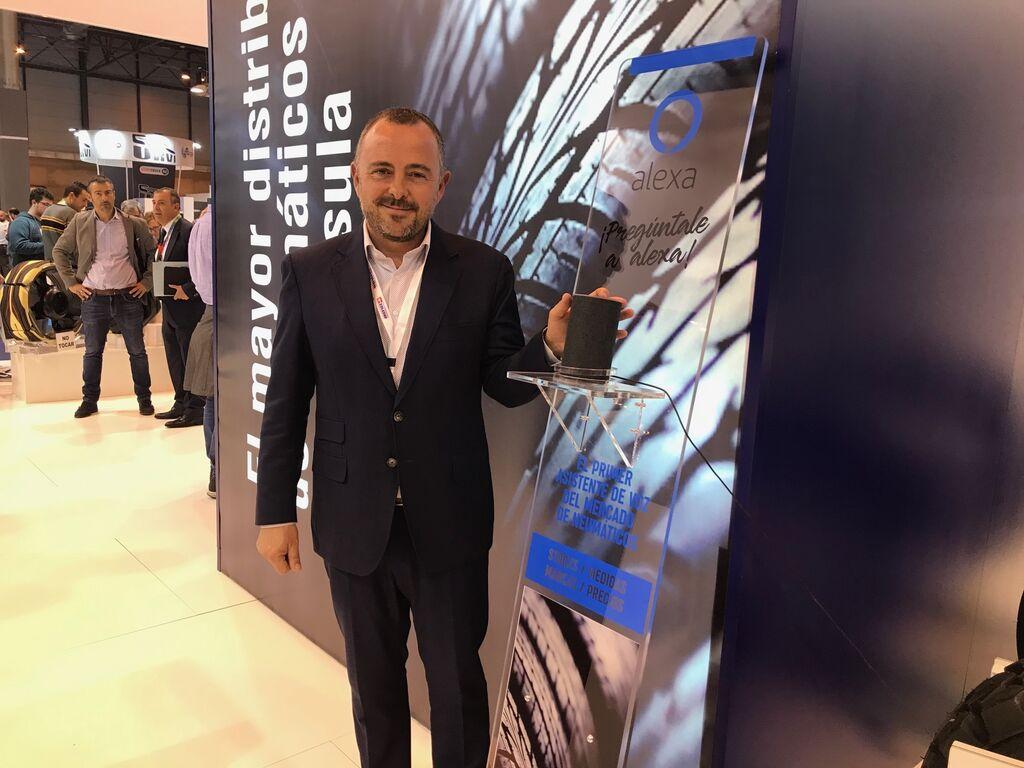 Joaquín Pérez, director de Marketing de Grupo Soledad, con el asistente por voz de Alexa