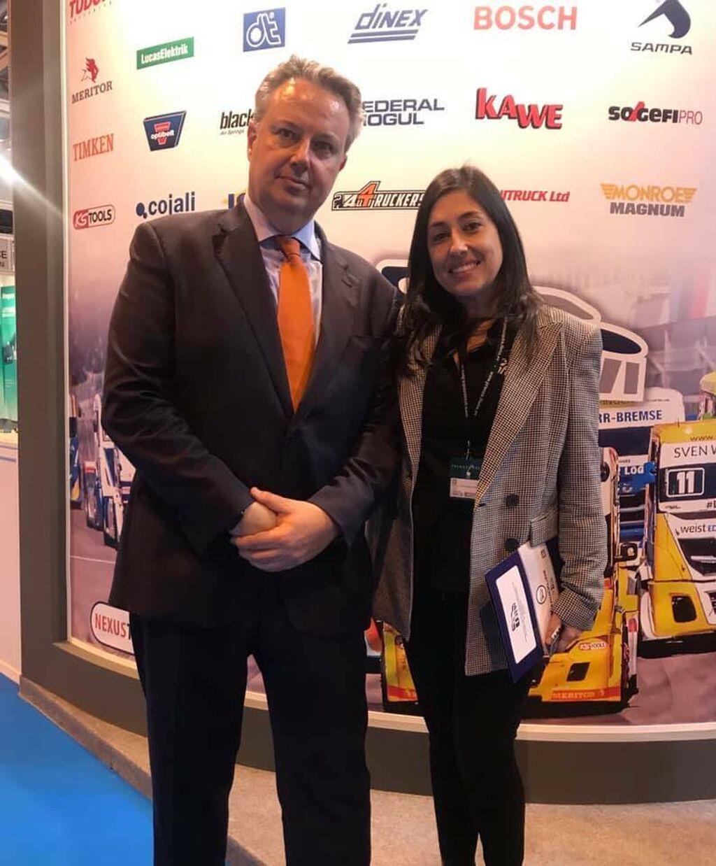 Alfonso Castellanos, gerente de Urvi, con Mar Calderón en el stand del grupo de especialistas de vehículo industrial