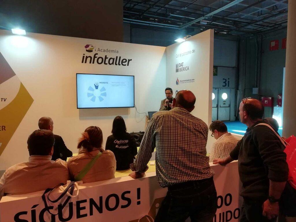 Ponencia de Marco Pilco (experto en marketing digital) en el stand de Infotaller