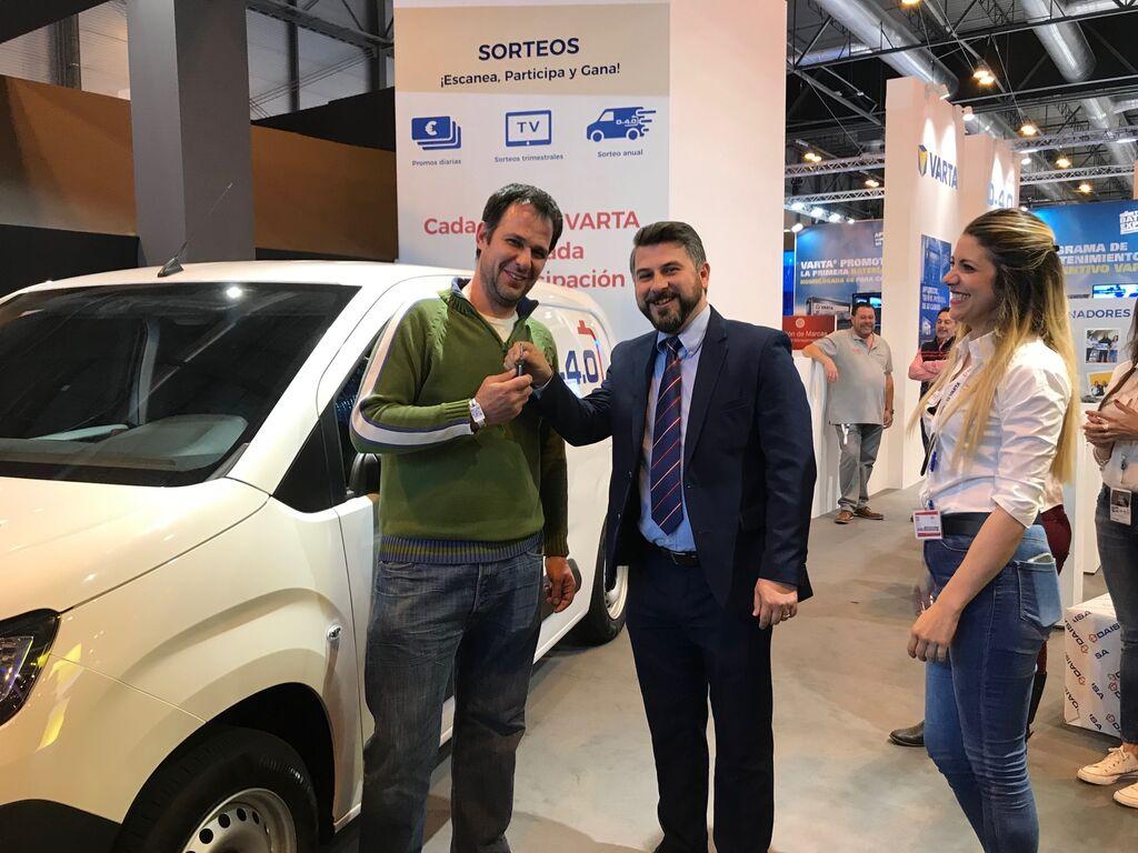 Jorge del Toro entrega las llaves de cochel sorteado en el stand de Diasa-Varta al taller ganador