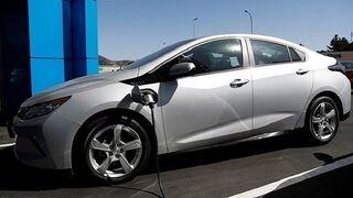 ¿Qué se debe sustituir en la revisión de los vehículos eléctricos?