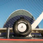Bridgestone expone el neumático más grande del mundo en Valencia