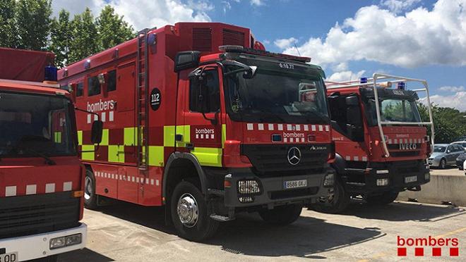 Dos coches afectados en un incendio de un taller de Ripollet (Barcelona)