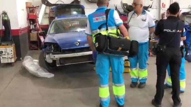 Muere un mecánico tras caerle encima un vehículo que estaba reparando