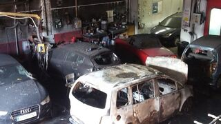 Arde una docena de vehículos en el incendio de un taller de Cádiz