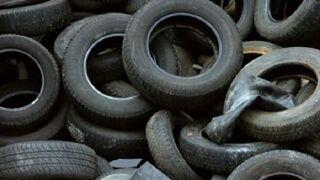 Denuncian continuos vertidos ilegales de neumáticos en Cádiz