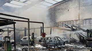 Un incendio arrasa un taller de chapa y pintura en Meres (Asturias)