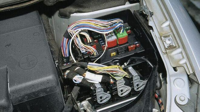 Cómo utilizar un limpiador de contactos en el sistema eléctrico