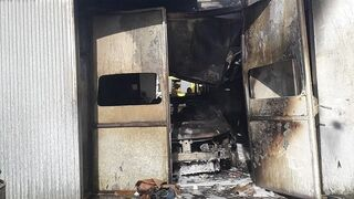 El incendio de un taller asturiano deja calcinada la cabina de pintura