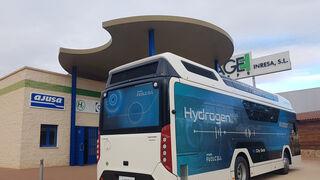 La hidrogenera de Ajusa protagoniza el primer repostaje a un autobús en España
