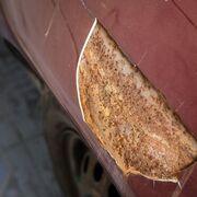 ¿Cómo se evita la corrosión en la carrocería de un coche?