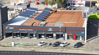 First Stop exhibe en Sevilla su pionero taller fotovoltaico con punto de recarga rápida