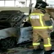 Varios coches quedan calcinados en el incendio de un concesionario de Sevilla