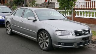 ¿Cómo solucionar el encendido del testigo de presión de neumáticos en un Audi A8?