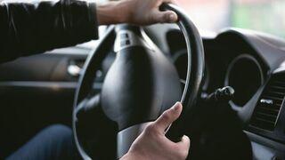 ¿Por qué hace ruidos el volante al girarlo?