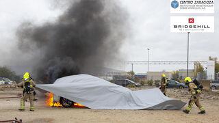 Centro Zaragoza ensaya con mantas ignífugas gigantes para extinguir fuegos en vehículos