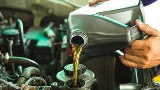 Dependiendo del tipo de motor del vehículo, de la fabricación o de la viscosidad que establezca apropiada el fabricante, existen muchos tipos de aceites lubricantes para el automóvil en el mercado