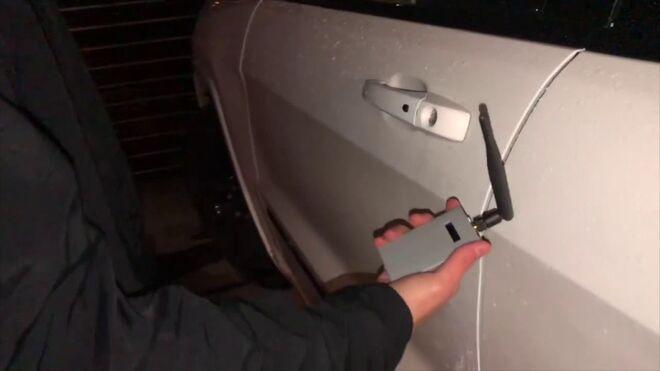 Un hacker accede al interior de un coche con un inhibidor de frecuencia en pocos segundos