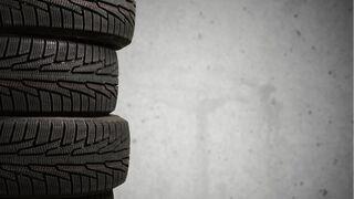 Expedientado un taller por verter neumáticos en un aparcamiento de Barcelona