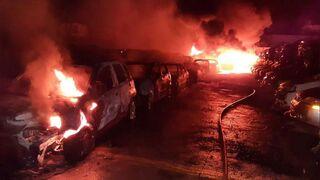 Arden 200 vehículos en el incendio de un desguace en Sanlúcar de Barrameda (Cádiz)