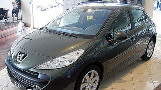 ¿Cómo solucionar el fallo al accionar el climatizador en un Peugeot 207?